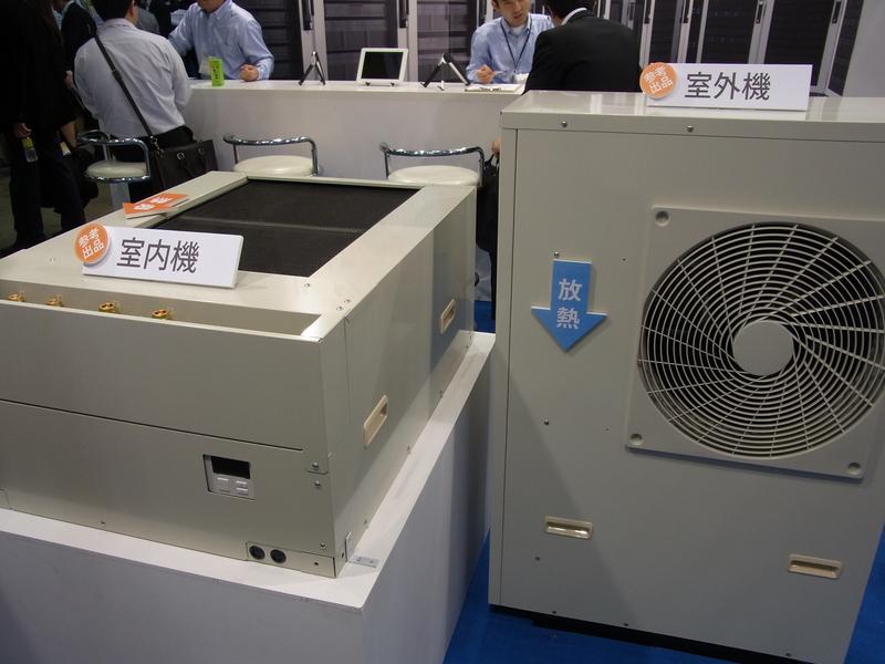 コンプレッサーを使わず冷媒の自然循環でサーバールームの熱を逃がす補助空調システム