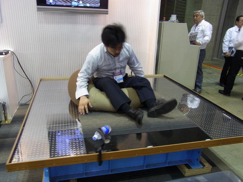 震度7の模擬装置で免震をデモ