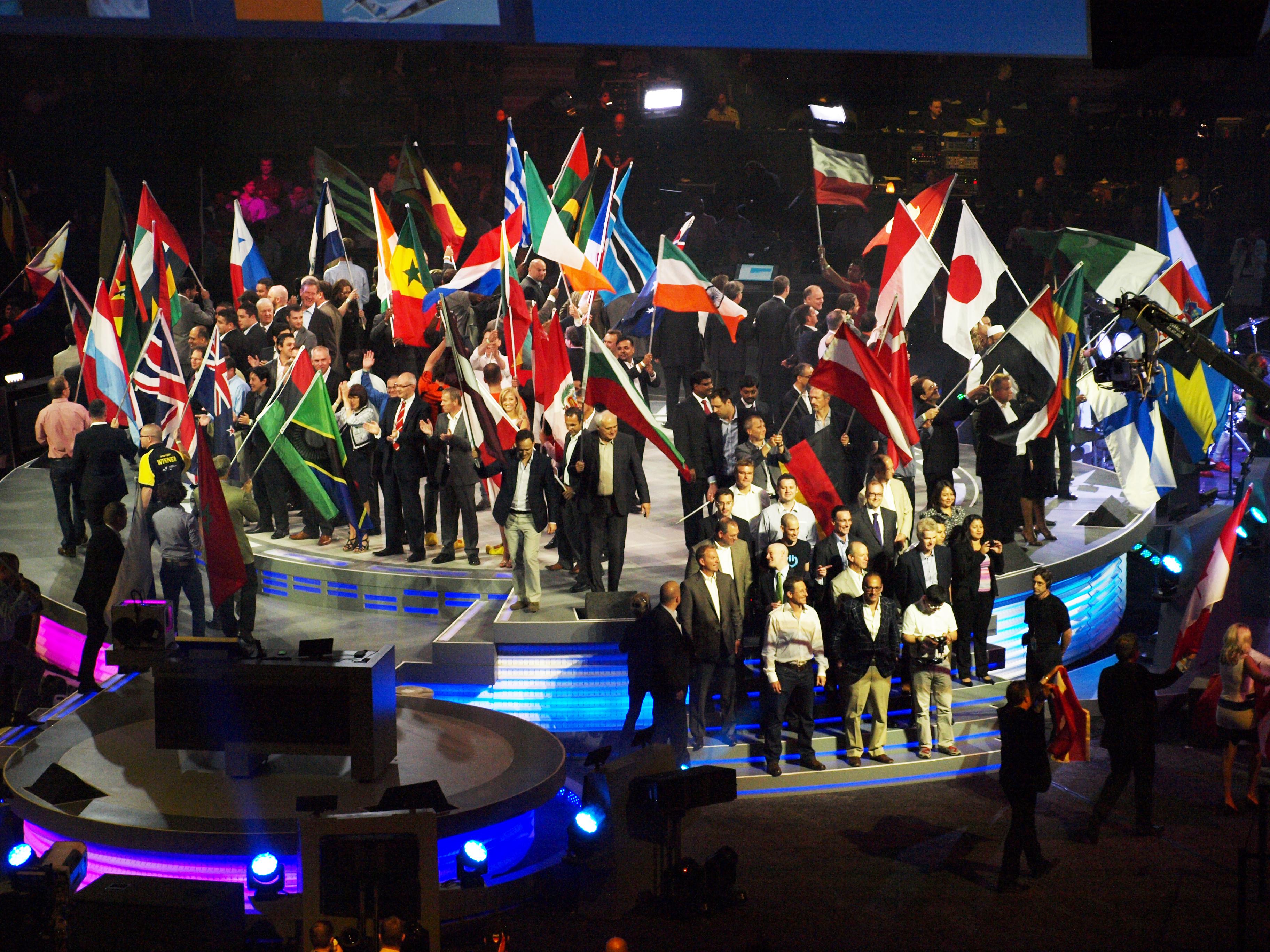 オープニング。パートナーアワード受賞企業が各国の旗をもって壇上に。日本の受賞パートナーは大塚商会