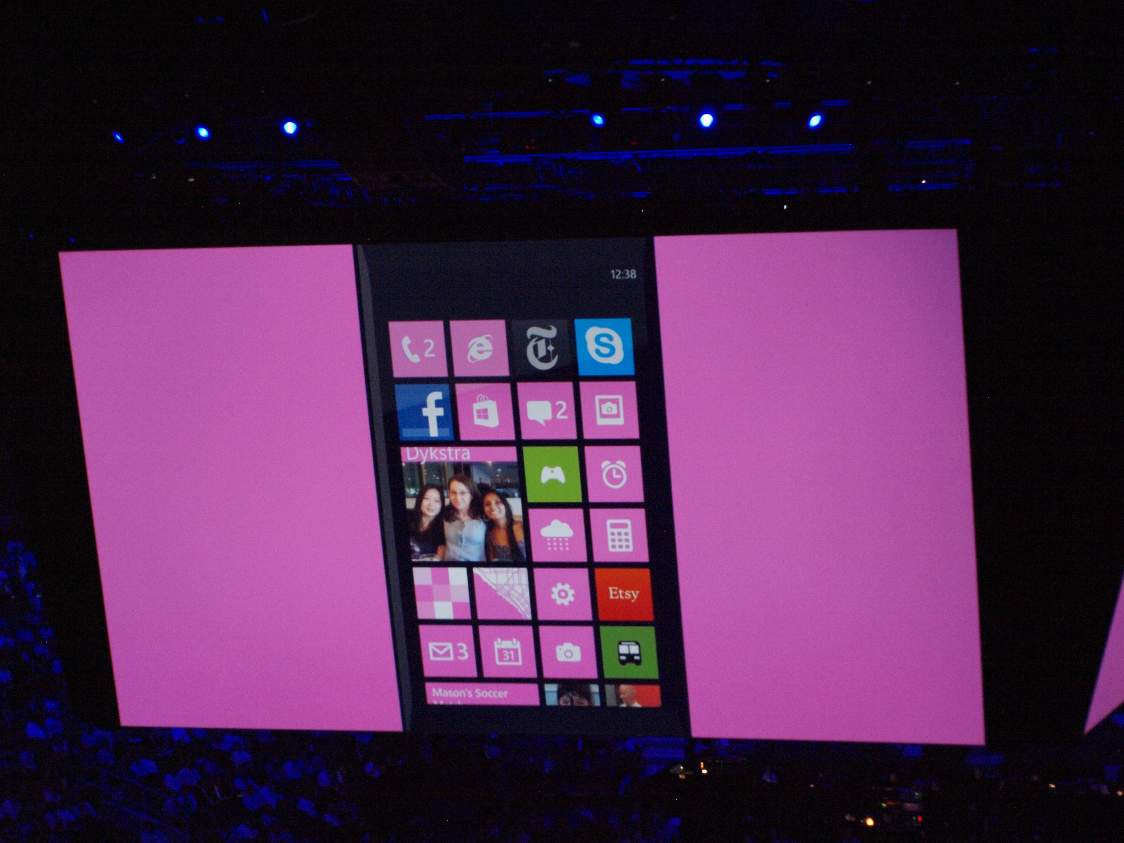 Windows Phone 8ではタイルの大きさをタッチひとつで自由に変えられる。到着したばかりのメッセージや写真を大きく表示させたいときなどにも便利。Windows 8とも完全互換