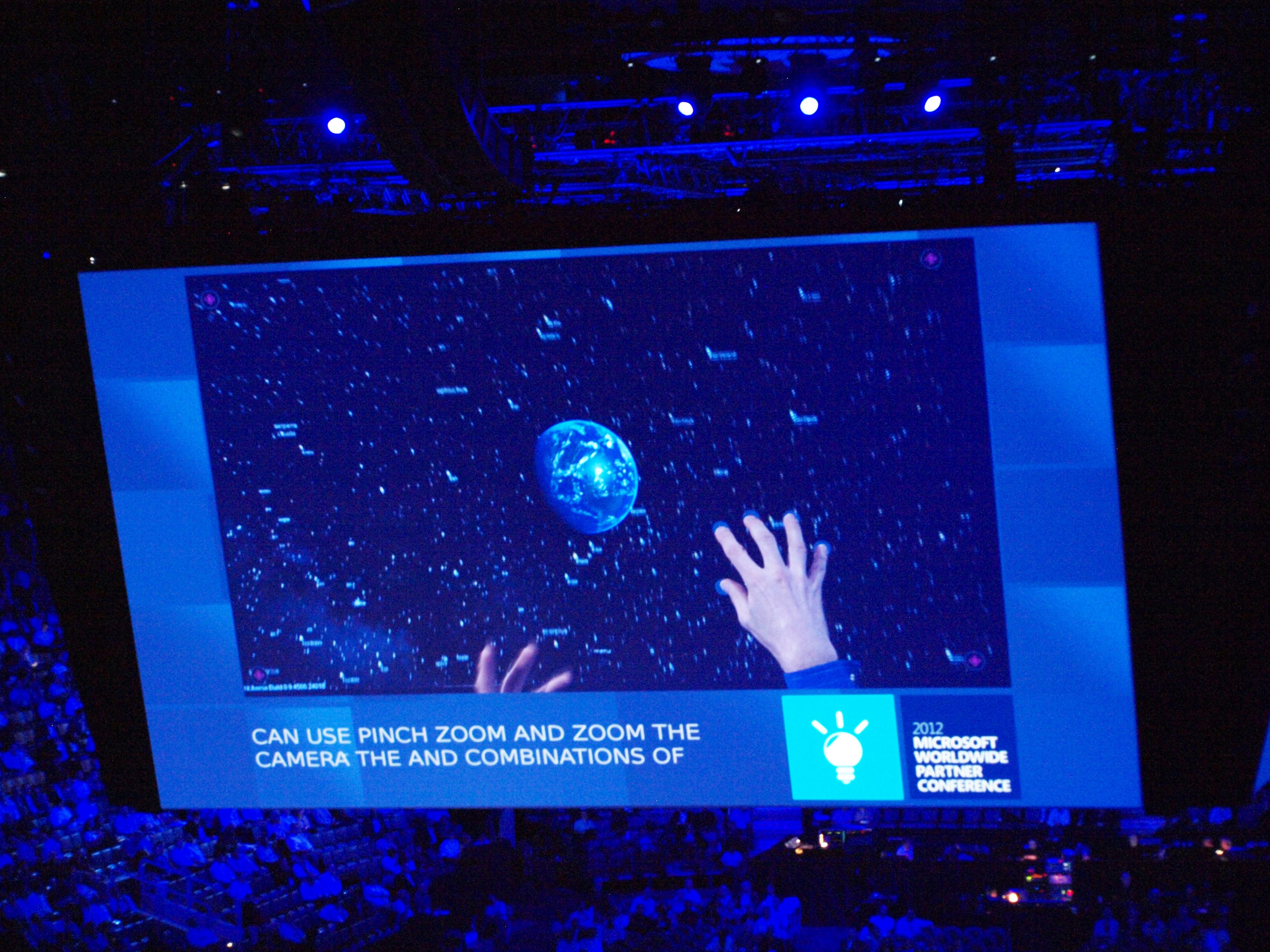 Surfaceのデモ。ディスプレイ上に地球や宇宙船のオブジェクトをタッチ操作で追加/削除していた。ズームやピンチも自由自在。両手で扱うこともできる