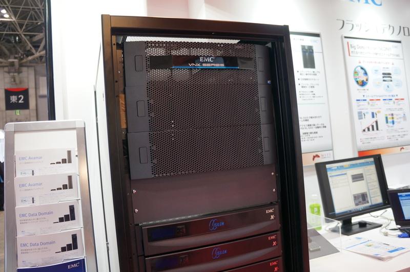 丸紅情報システムズブースでのEMC製品の展示。VNXシリーズや、スケールアウトNASのIsilonなど
