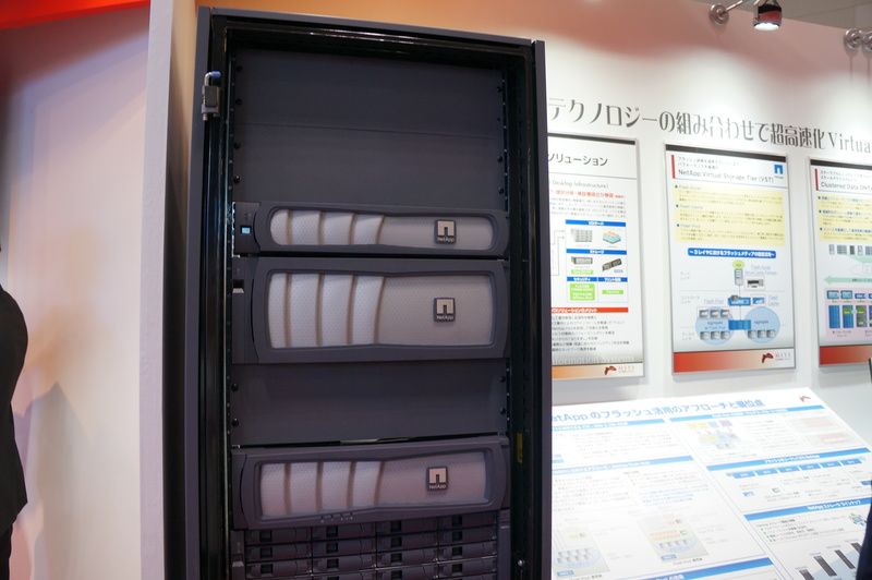 丸紅情報システムズブースでのNetApp製品の展示。VDIソリューションや、フラッシュキャッシュを使うVirtual Storage Tier(VST)対応製品など