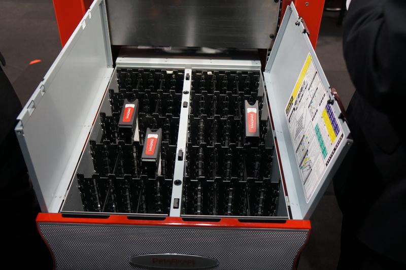 最大1680本のディスクを搭載可能なストレージアレイ「SFA12K」と、4Uにディスクを60本搭載可能な「SFA7700」(参考展示)