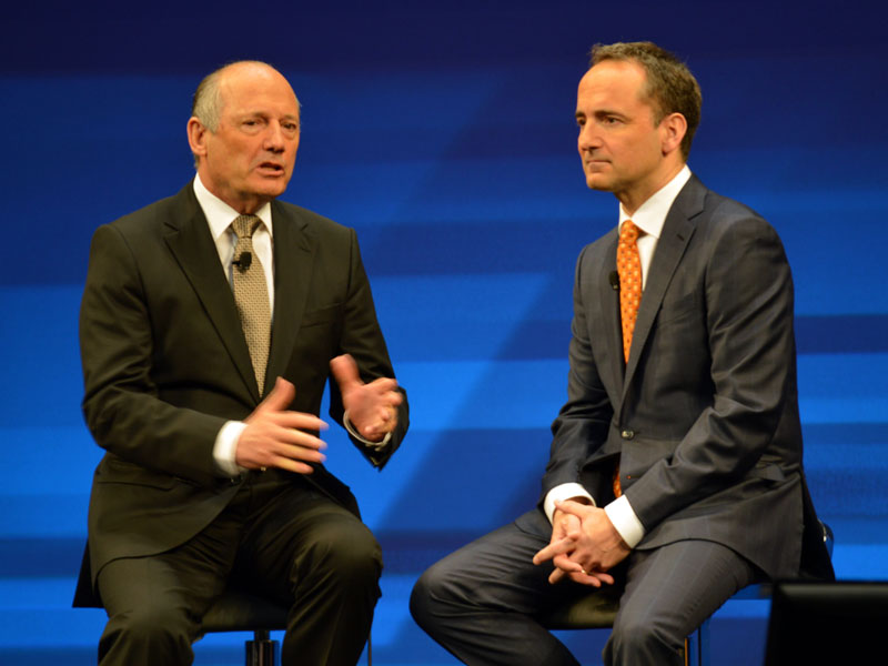 HANAがいかにマクラーレンのビジネスを変えたかについて力説する、ロン・デニス会長(左)