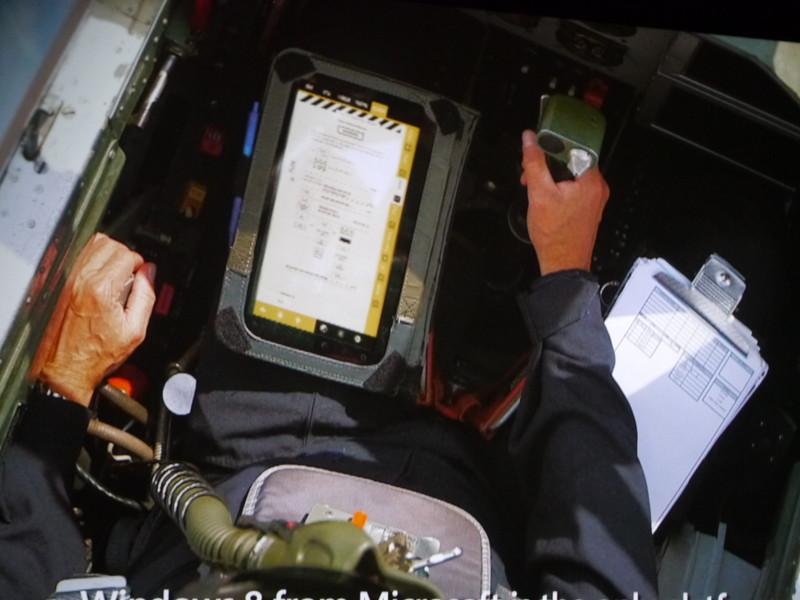 戦闘機のパイロットがWindows 8タブレットを使用するシーンを紹介