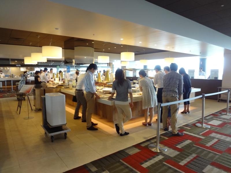 社員食堂のビュッフェコーナー