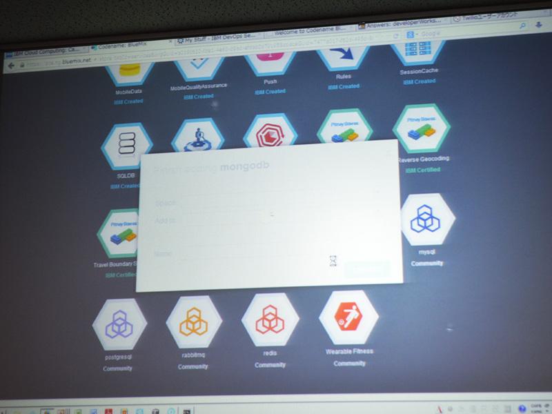 BlueMixのデモ画面。Javaの実行環境とMongoDBを連携させている。数回の入力とクリックでバインドがおわる