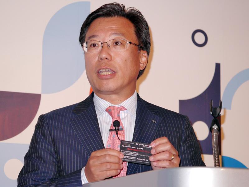 SoftLayerの30日間の無償トライアルカードを持つ日本IBM グローバル・テクノロジー・サービス事業本部 クラウド事業統括担当 小池裕幸執行役員