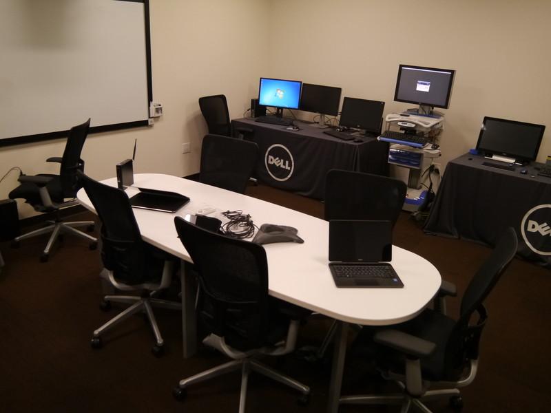 シンクライアントを通じて仮想化環境での検証が行える部屋