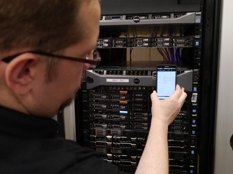データセンターの管理は、NFCを使ったAndroidアプリ「オープンマネージモバイル」を通じ行える