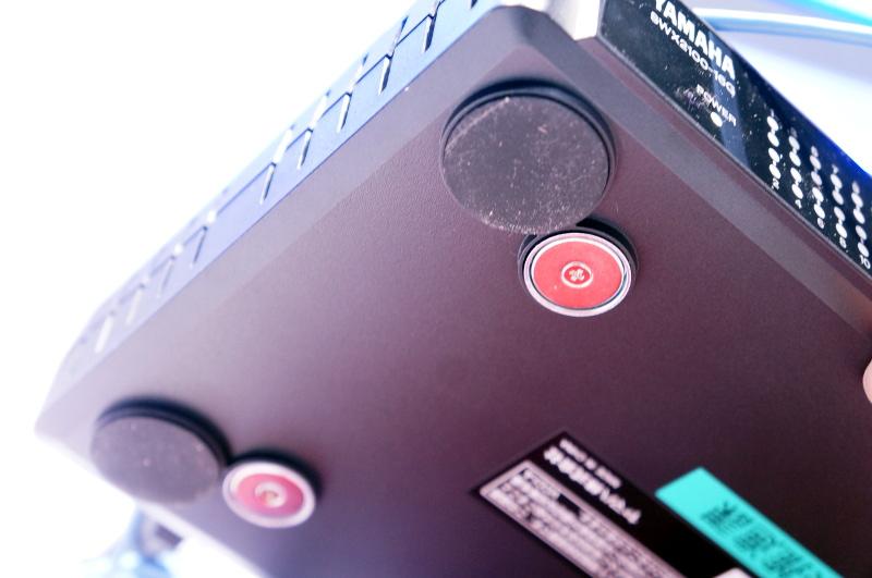 SWX2100シリーズの底面には強力なマグネットが標準で付く