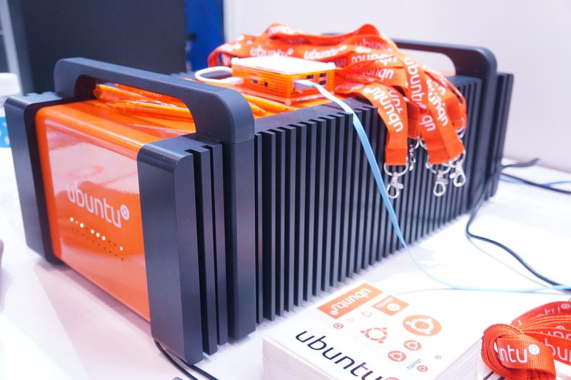 コンパクトな筐体に10台以上のサーバーが入った「Ubuntu Orange Box」で動作