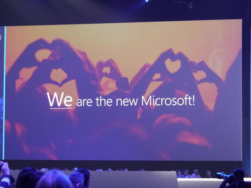 スクリーンに「We are the new Microsoft」の文字が表示された