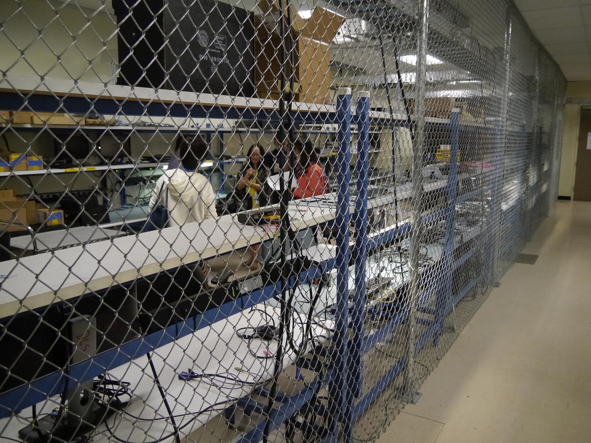 ラボは金網が張られており、入退出管理により、セキュリティを確保している