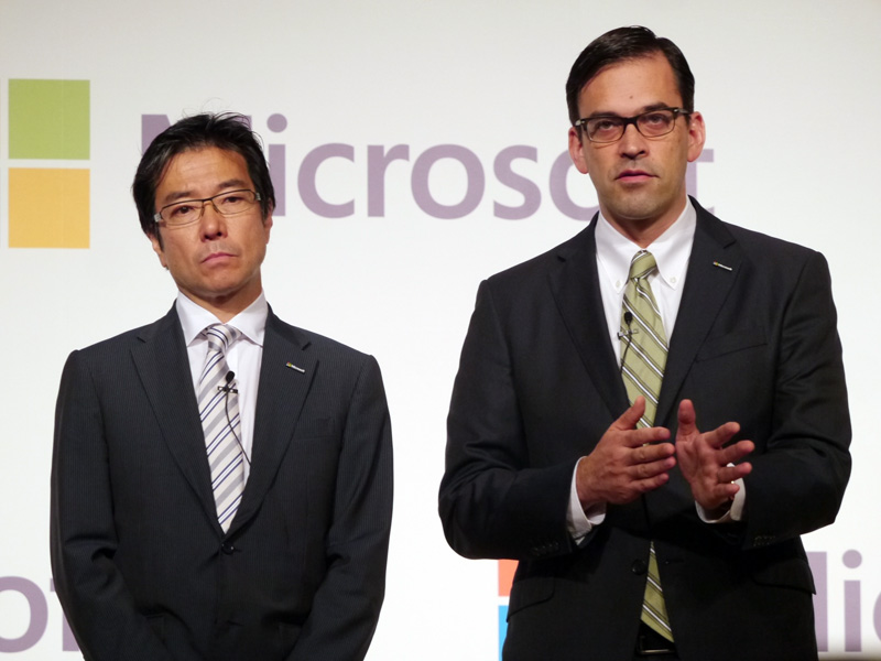 後任となった平野拓也社長(右)と並ぶ樋口会長(左)