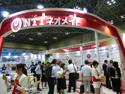 出展ブースのNTTスマートコネクト側(左)、NTTネオメイト側(右)