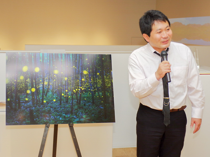 四国の山中でヒメボタルを撮影した作品で一般公募部門の最優秀賞を受賞した野見山桂さん