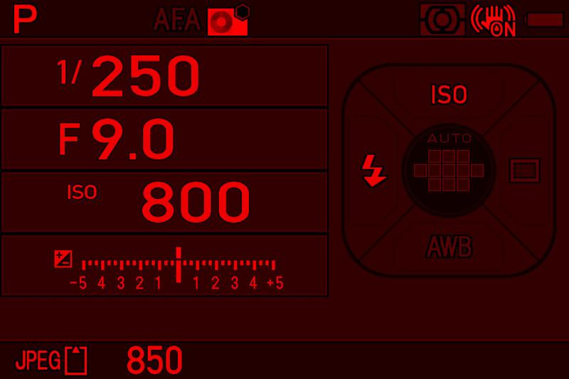 天体撮影時など、暗所に慣れた目に優しいという赤色画面表示機能を搭載