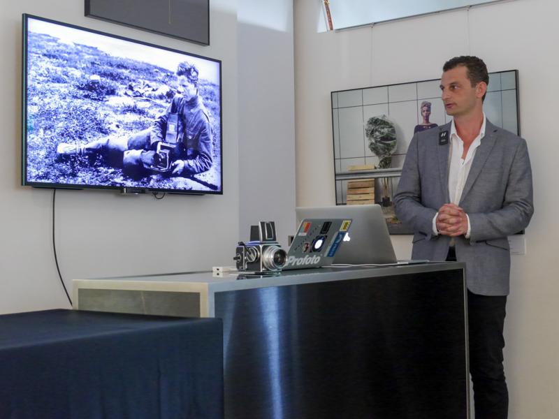右がWilliam社長。画面内の人物は、ブランド創業者のヴィクター・ハッセルブラッド氏。氏の「持ち運びしやすいカメラが欲しい」との思いが、ハッセルブラッドを生んだ。