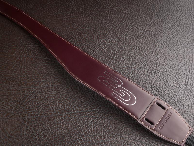 ショルダー部に向かって細くなる独自のデザインを採用。先端のスリットにミニポーチを取り付ける