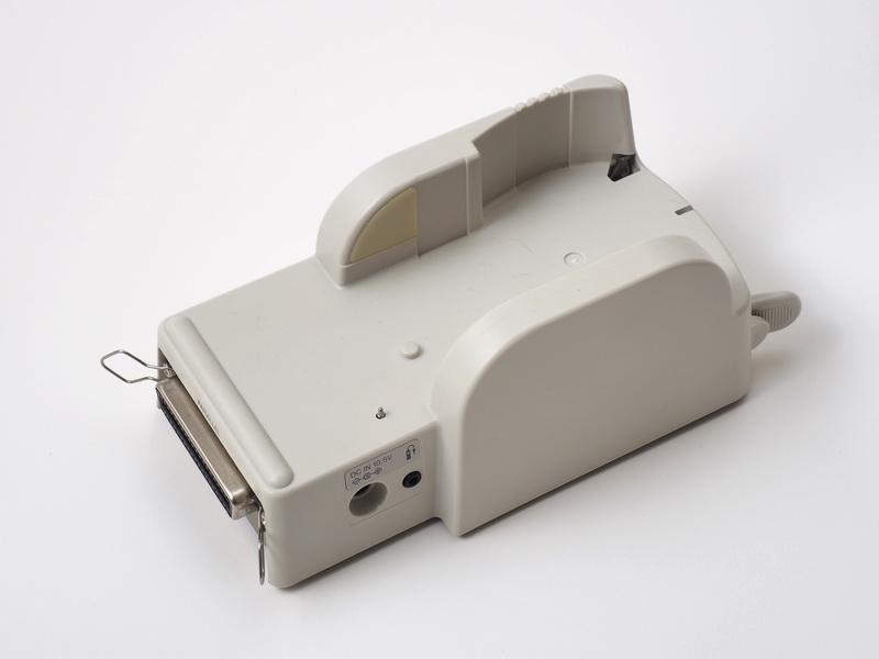 同梱のカメラステーション。ここにカメラを置いてPCと接続するがパラレルポートは我が家のPCにない。接続できません!