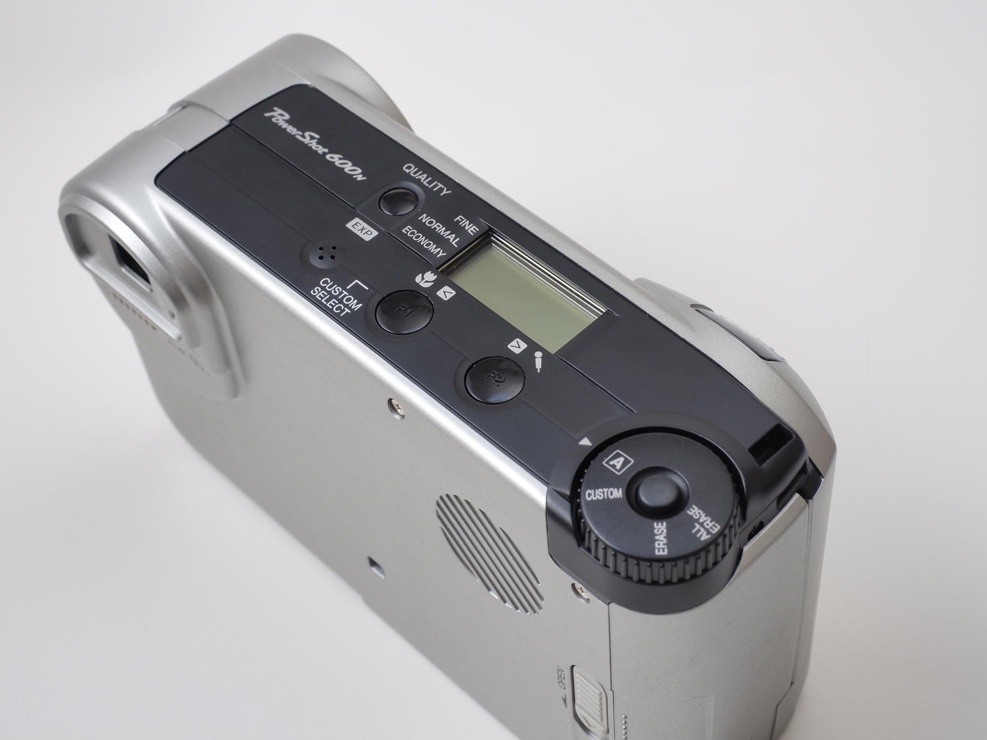 PowerShot 600はメニューがなく、カメラ設定は「モードダイヤル」と、「QUALITYボタン」、「F1/F2ボタン」で行います。そういえばフィルムのAFカメラは同じ設定方法でした。説明書がないと分からなくなるという。