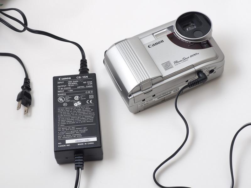 バッテリーチャージャーをACアダプターとして使えるので家庭用の100V電源で撮影開始!