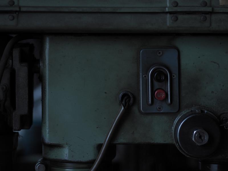 """終業のチャイムとともに電源が落とされて、機械の熱が冷めていく。私は誰もいなくなった作業場の静かな雰囲気がとても好きだ。<br><span class=""""fnt-85"""">オリンパス PEN-F / M.ZUIKO DIGITAL ED 75mm F1.8 / 75mm(150mm相当) / マニュアル露出(F2.2、1/60秒) / ISO 400 / WB:5,300K</span>"""