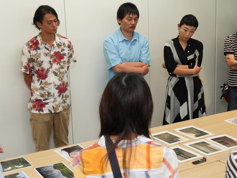 公開フォトレビューの様子。左から大和田良さん、岡嶋和幸さん、鶴巻育子さん