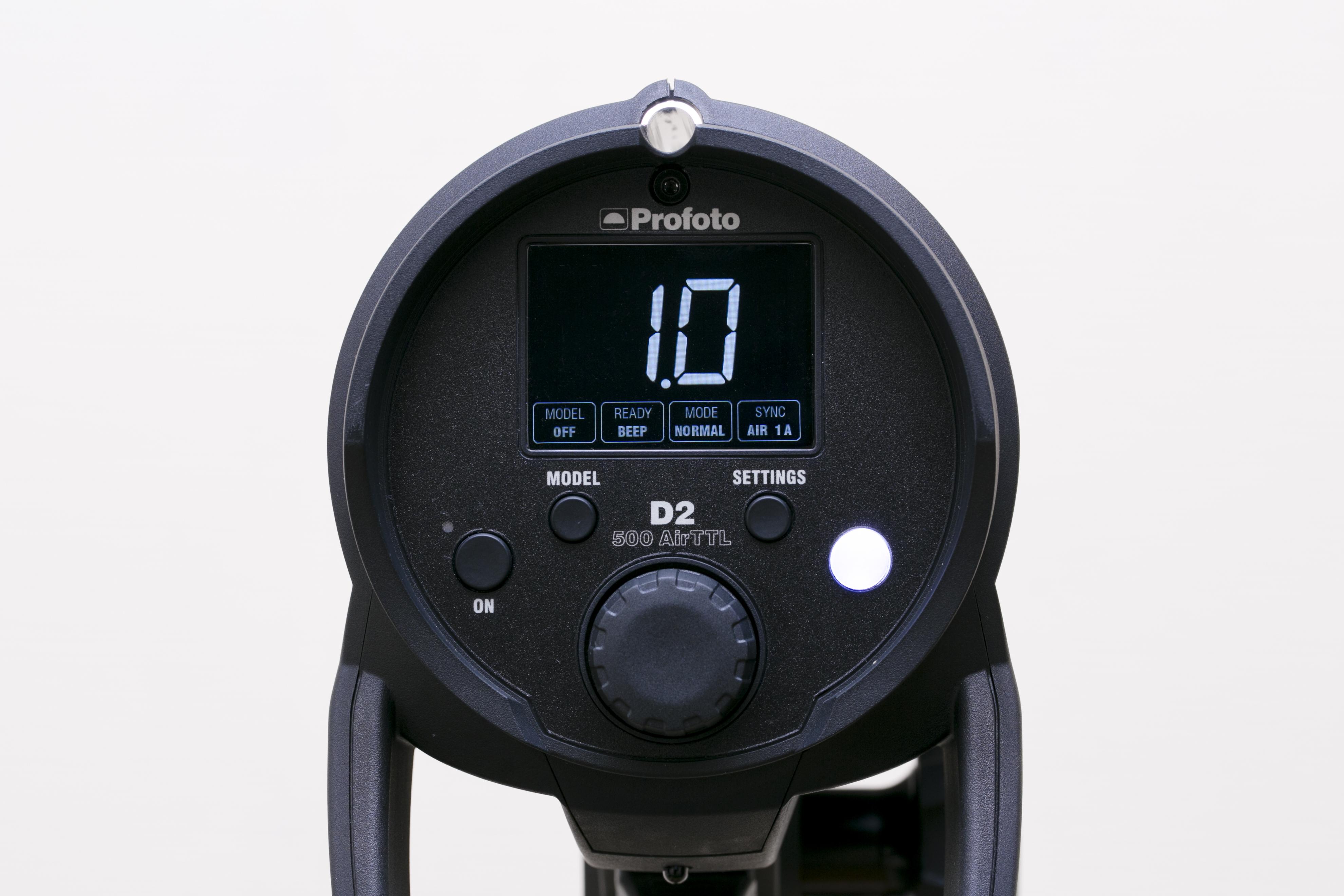 D2 500 AirTTLの背面。中央下がダイヤルボタン。その上に4つ操作ボタンが付く。左から電源ボタン、モデリングライトのON/OFFを行うMODELボタン、SETTINGSボタン、そして右端の白いボタンがテスト発光を行う際に使用するテストボタン