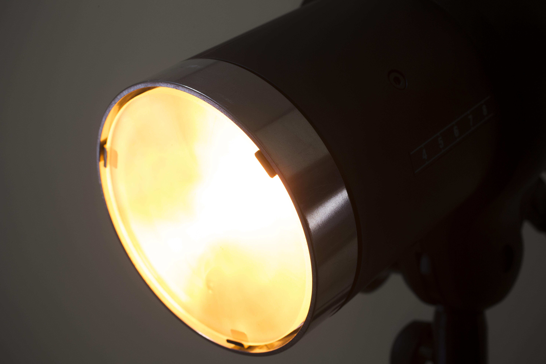 モデリングランプはD1シリーズ同様、300Wのハロゲンランプを使用。モデリングは光の当たり方を確認するのに使用する。使用中は前面が熱くなるので扱いに注意しよう