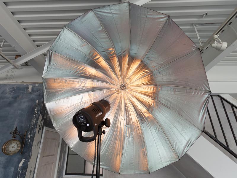 内面素材が銀色のアンブレラシルバーは、コントラストの強いメリハリのある光質になるのが特徴。シャープな描写を目指して利用した
