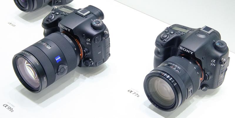 α99 II(左)はAPS-C機のα77 II(右)とほぼ同じ大きさに仕上がっている