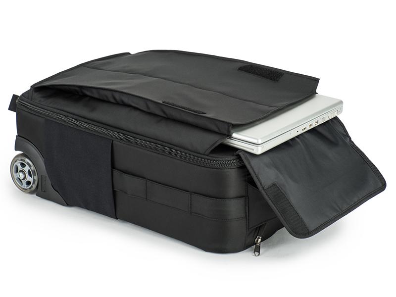 ノートPCを収納できるフロントポケット