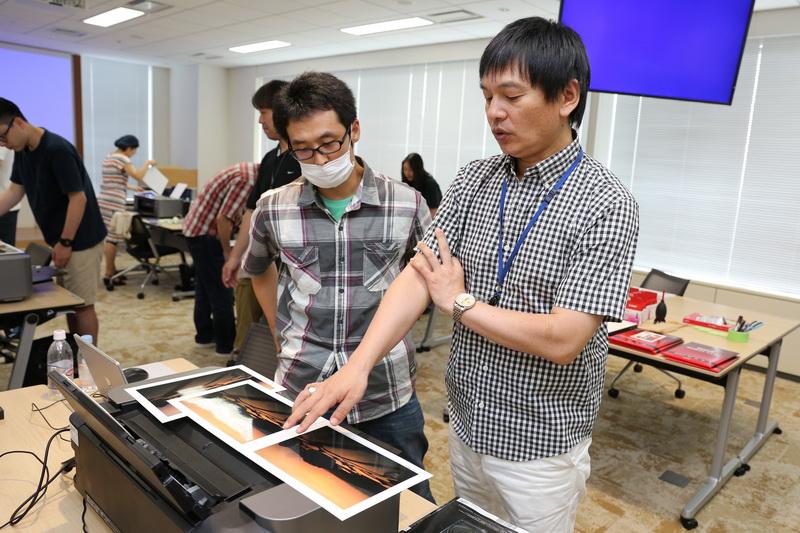 岡嶋和幸さん(右)とキヤノンPIXUS PRO-100S。前回のイベントより。