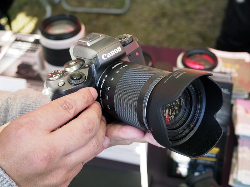 11月25日発売のミラーレスカメラ「EOS M5」。