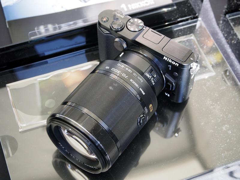 望遠ズームレンズ「1 NIKKOR VR 70-300mm f/4.5-5.6」と組み合わせて展示されていたミラーレスカメラの「Nikon 1 V3」。