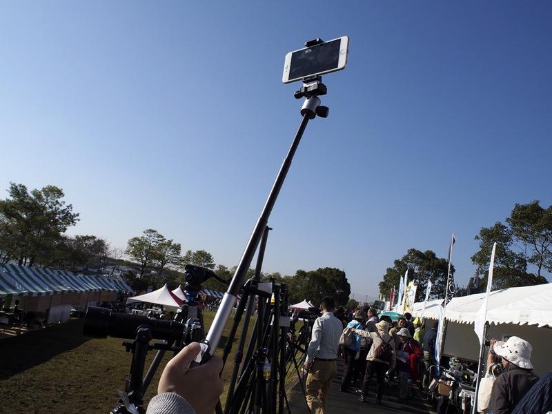 センターポールを外すと自撮り棒に。スマートフォン用のホルダーが付属する。