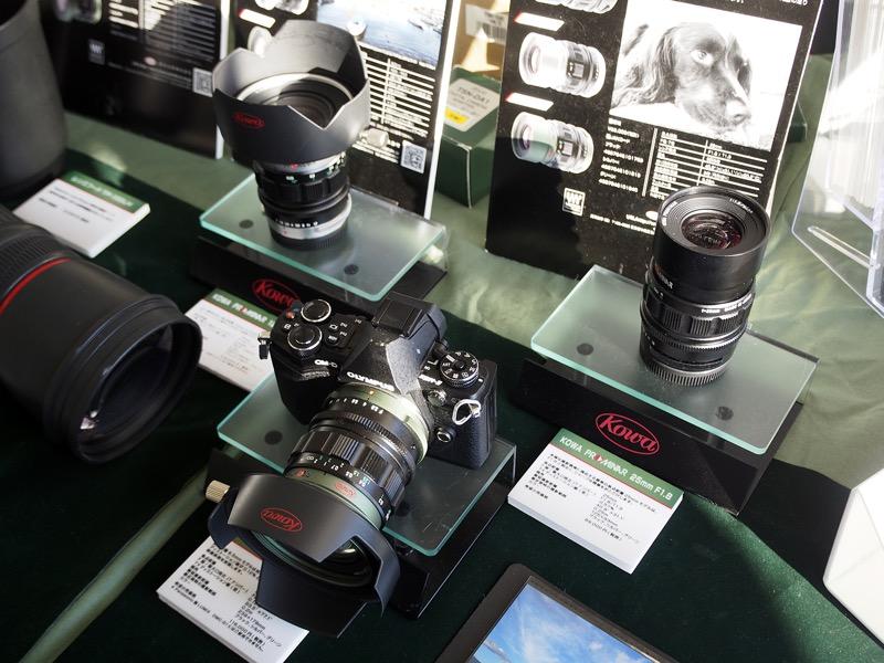 マイクロフォーサーズ用レンズ「KOWA PROMINAR 8.5mm F2.8」「KOWA PROMINAR 25mm F1.8」「KOWA PROMINAR 25mm F1.8」も展示されていた。