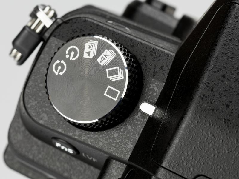 上面左手側にはドライブモードダイヤルがある。4Kフォト、フォーカスセレクトなどが用意されている。