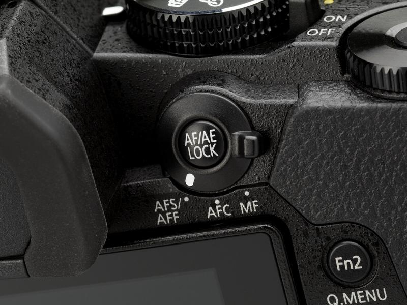 背面右手側上部にあるフォーカスモードレバーとAF/AE LOCKボタン。手が届きやすい位置にあるのはありがたい。