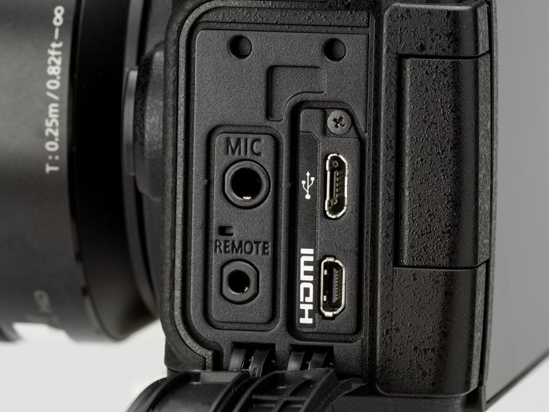 左手側側面の端子カバーを開いたところ。撮影時に使用するマイクやリモート端子が、液晶モニターを開いたときに干渉しにくい場所にレイアウトされている。