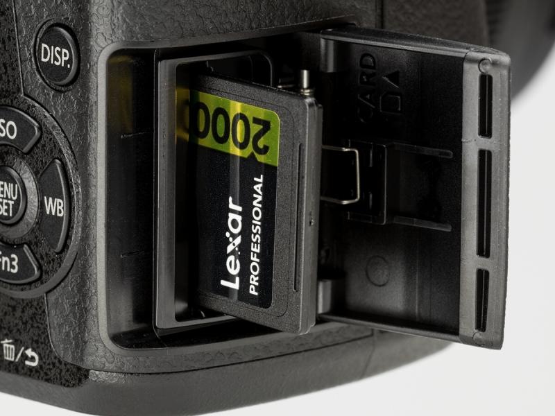 記録メディアはSDXC/SDHC/SDメモリーカード。UHS-IIに対応している。4K動画などにはUHSスピードクラス3が求められる。