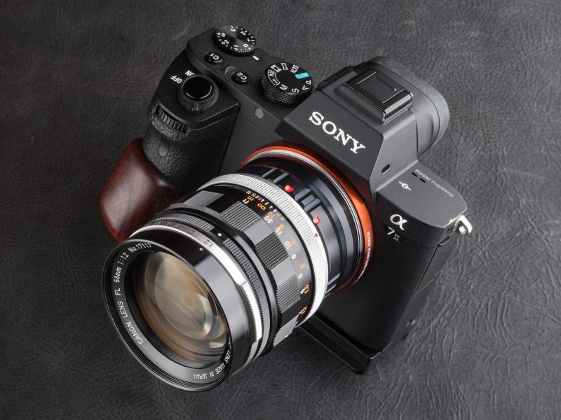HG-SA7はプレートでカメラボディ底面に固定する。過度に自己主張しないアイテムだ。