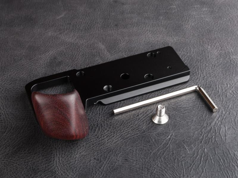 HG-SA7は焦点工房にて税込8,800円。固定用のネジと六角レンチが付属している。