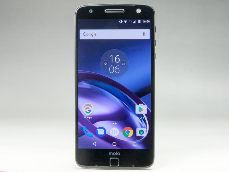 スマートフォンのMoto Z。ハイエンドのSIMフリースマートフォンで、動作は快適。ほぼ素のAndroid OSを搭載するというシンプルな仕様だ