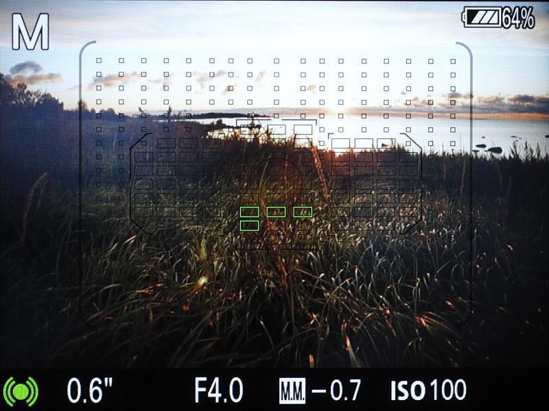 液晶モニターに像面位相差AFセンサーのエリアと専用位相差AFセンサーのエリアを表示した状態。2種類のAFセンサーが重なるハイブリッドクロス測距点のカバー範囲だけでも広範囲であることがわかる