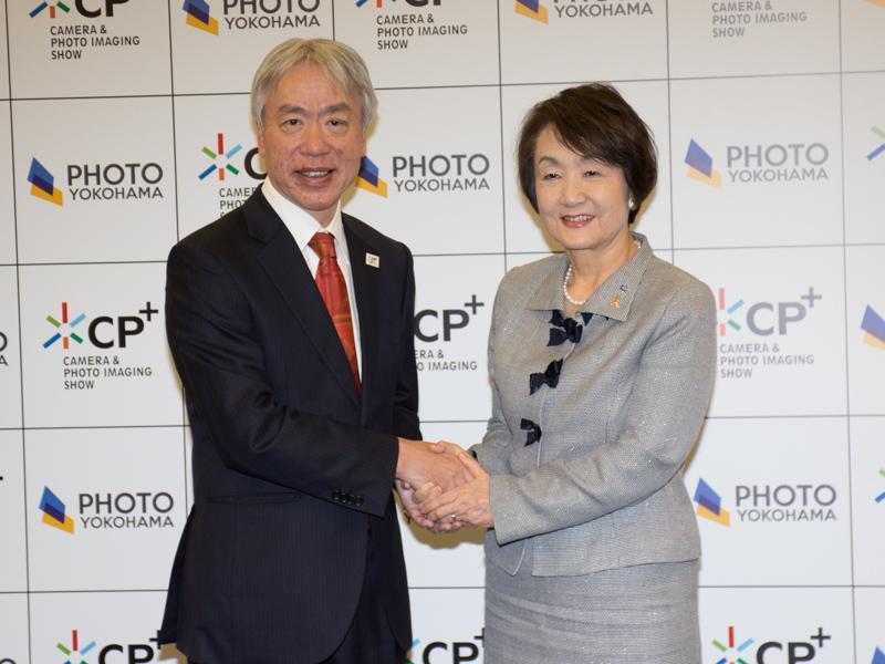 CIPA代表理事会長の笹宏行氏(左)と横浜市長の林文子氏(右)