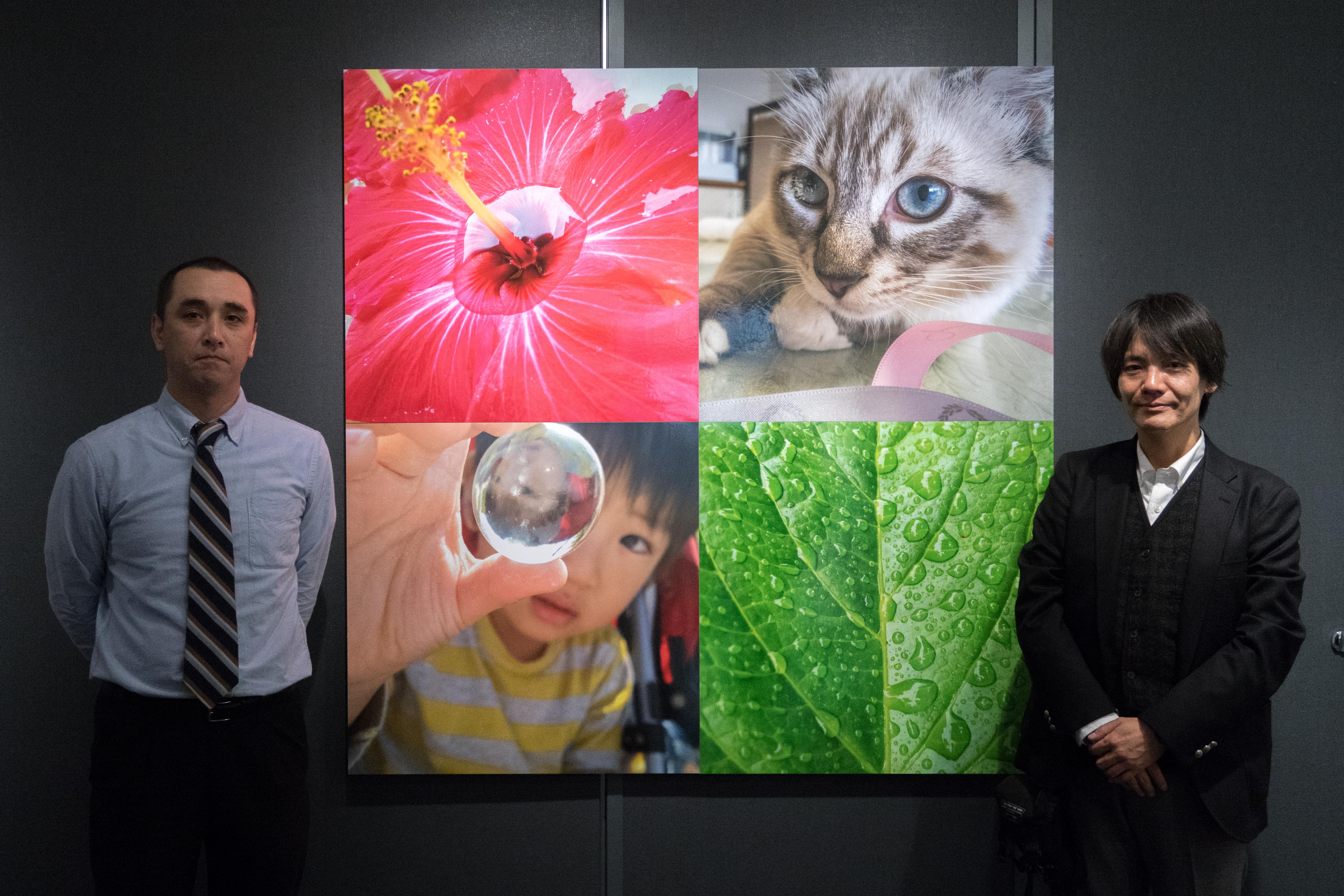 右が作品を撮影したフォトグラファーの黒田智之さん。左はプリントを担当した富士フォトギャラリー銀座の伊藤玄司さん(富士フイルム イメージングシステムズ株式会社クリエイト営業部)